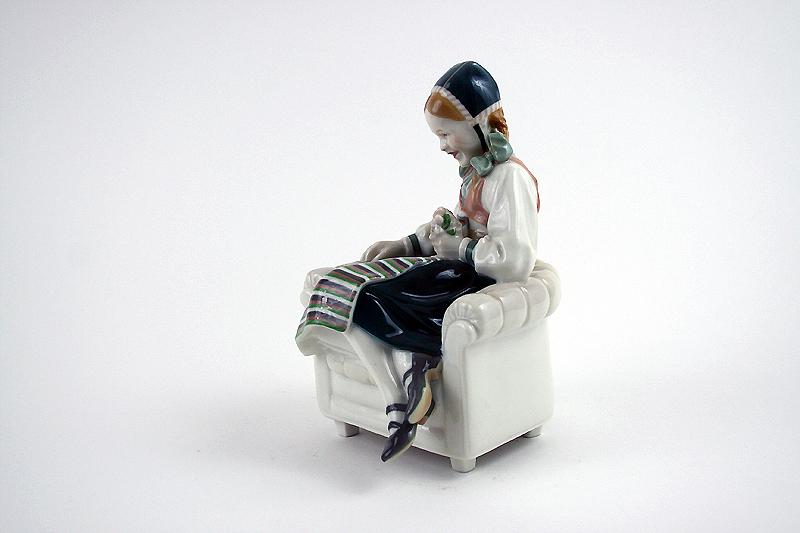 """KPM Porzellanfigur """"Kind im Sessel"""" Karl Himmelstoss"""