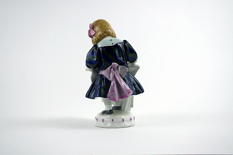 """Eine wunderbar staffierte KPM Berlin Porzellan Figur """"Lesendes Mädchen"""", gekonnt entworfen von Martin Fritzsche."""