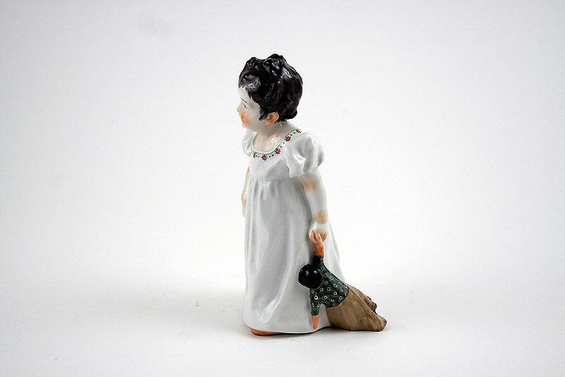 """""""Porzellanfigur"""" """"Hentschel Kind"""" """"Mädchen mit Puppe"""" """"Meissen"""""""
