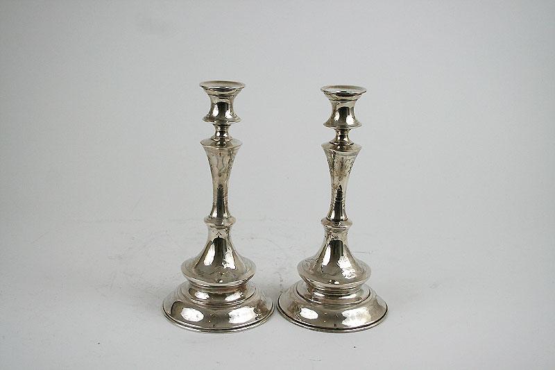 Ein Paar ein-, drei- oder vierflammig nutzbare Silberleuchter mit feiner floraler Gravur und  einem herausnehmbaren Zierstück in Form eines Adler.