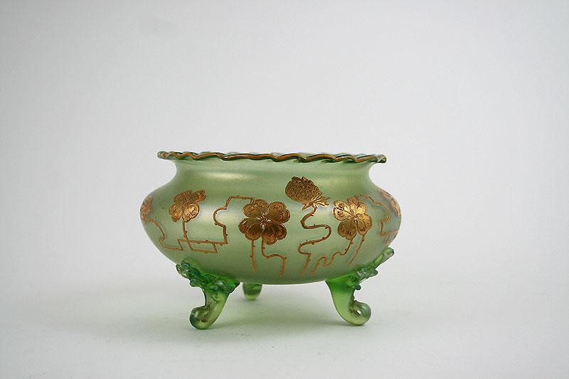 Eine Glasschale mit drei Füssen. Irisierendes Glas mit goldenen Blumen und Früchten. wunderschöner Jugendstil.