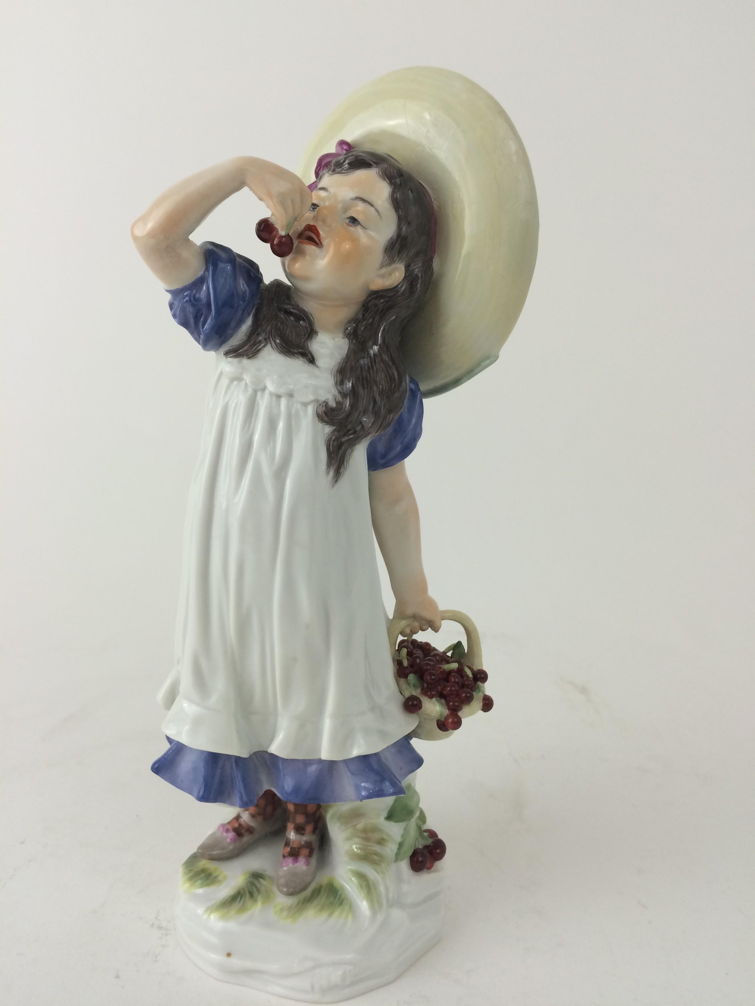 """Meissen """"Mädchen mit Kirchen"""", Porzellan Figur"""