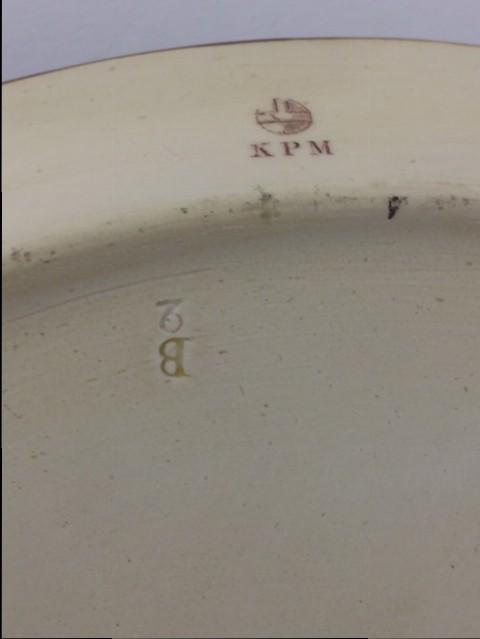 Ausgesprochen aufwendig gestaltetes KPM Berlin Porzellan Platte in der Anmutung von antiker italienischer Keramik. Mit fein gemalten, umlaufenden Ruinenmotiven die das besondere italenische Flair dieser Platte ausmachen.