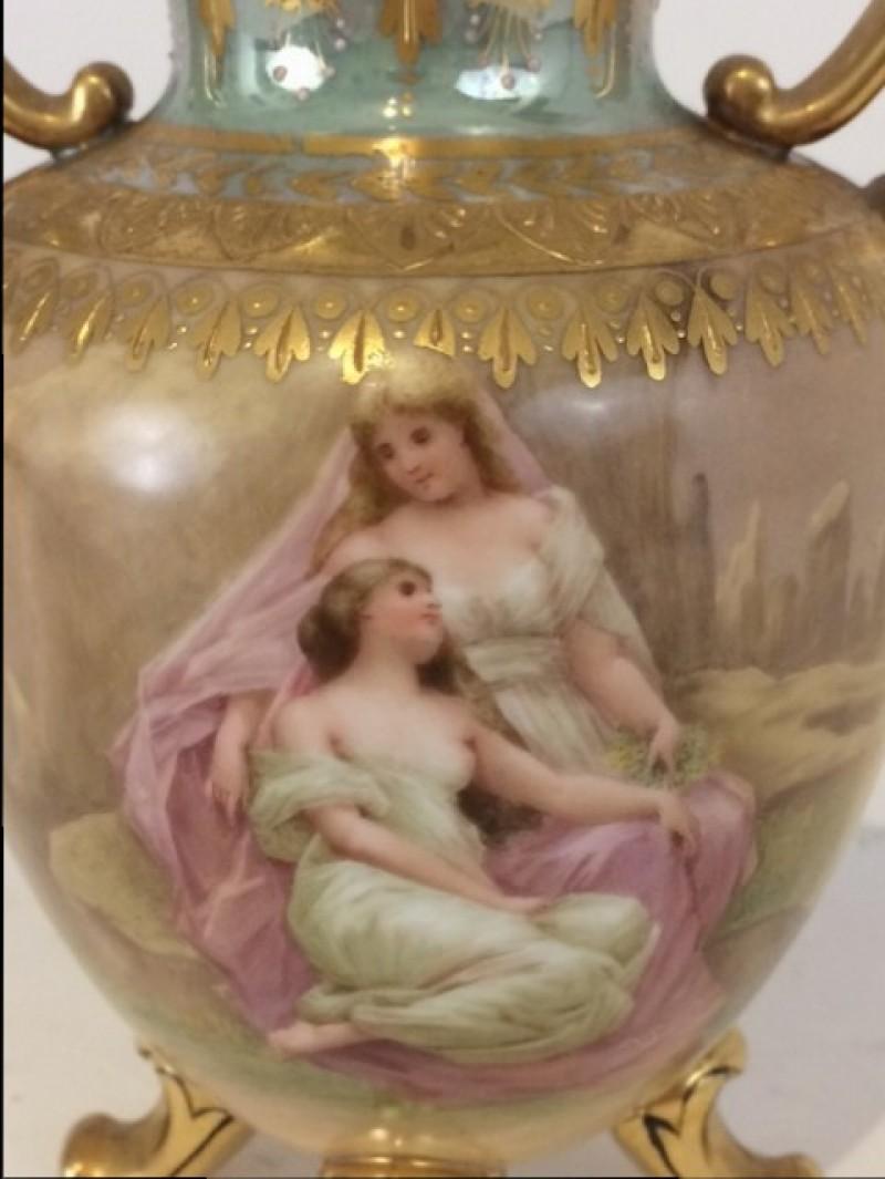 """KPM Vase nach 1870 """"Winter"""", Frauenszene und Puttis, H: 12cm"""