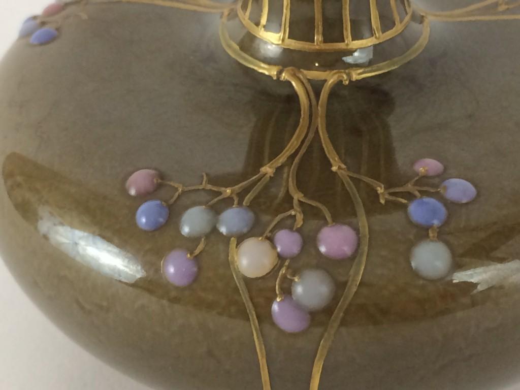 Jugendstil Enghals-Vase, KPM Berlin, Emailmalerei, Reliefgold und marmorierter Laufglasur