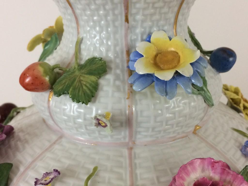 Meissen barocke Vasenpaar mit Blumen- und Früchtebelag