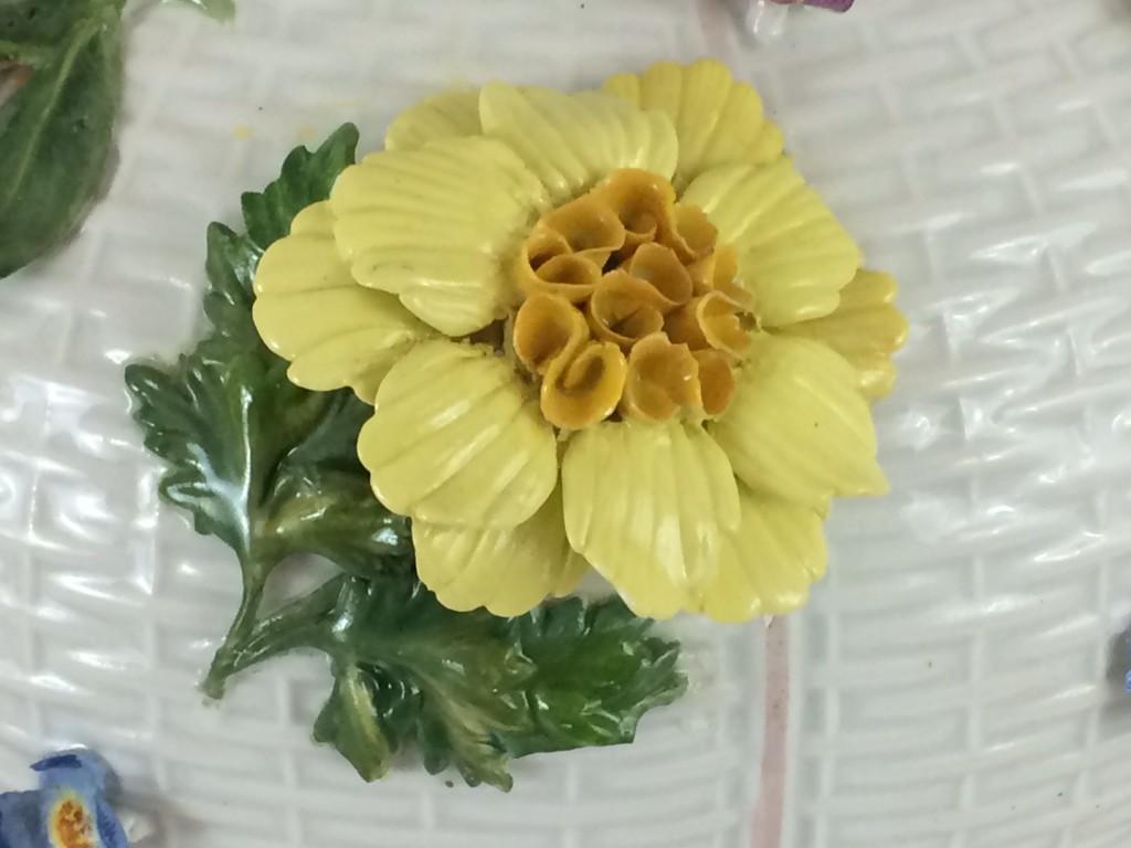 Meissen barocke Vassenpaar mit Blumen- und Früchtebelag