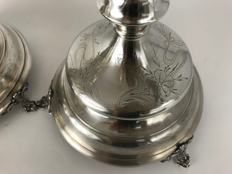 Paar Silberleuchter mit schön zisiliertem Dekor, Wien zweite Hälfte des 19. Jhdt.