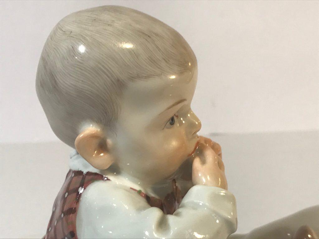 """Jugendstilfigur, Hentschelkind """"Kind, auf einem Kissen sitzend"""", Meissen 1905-24."""