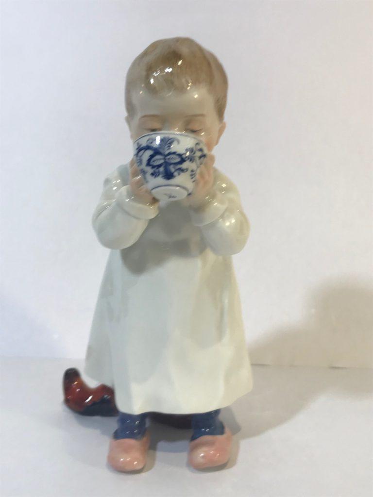 """Jugendstilfigur, Hentschelkind, """"Kind aus einer Tasse trinkend"""", Meissen 1905-24"""